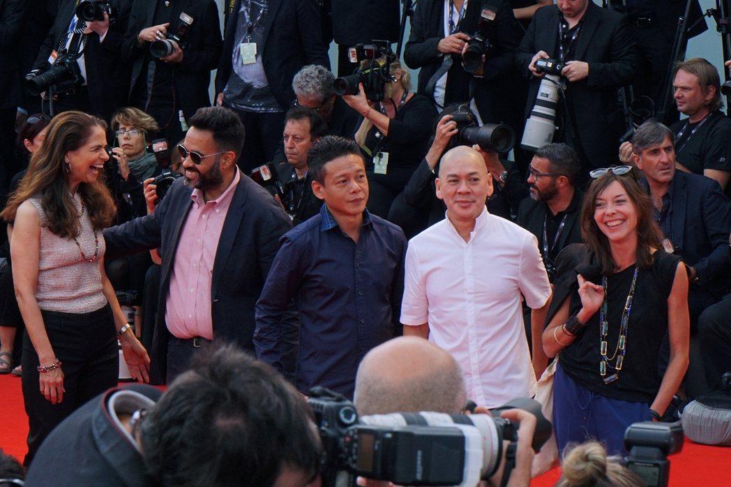 蔡明亮(右二起)攜手李康生走上威尼斯影展紅毯。圖/Htc提供