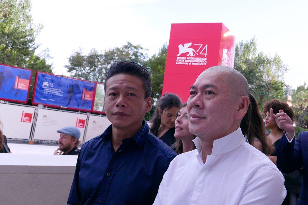 蔡明亮(右)攜手李康生(左)走上威尼斯影展紅毯。圖/Htc提供