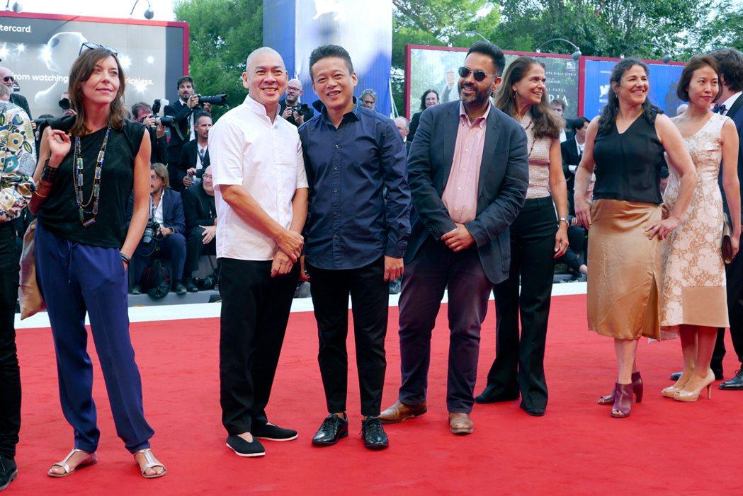 蔡明亮(左二起)攜手李康生走上威尼斯影展紅毯。圖/Htc提供