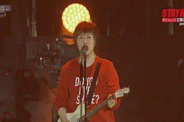 鼓鼓今晚參加上海STAYREAL 10周年演唱會,一連帶來「我不壞你不愛」、「可以唷」等歌曲,台上蹦蹦跳跳唱到濕身,一度跳到連耳mic都掉了,不斷搞笑跟粉絲借10秒冷場,把耳mic裝回去,鼓鼓透露當...