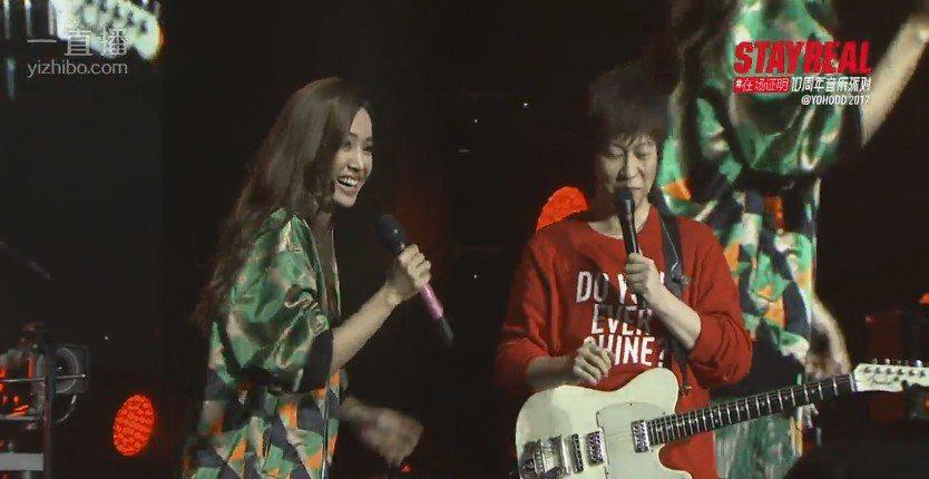 阿信(右)和蔡依林在上海STAYREAL10周年演唱會合唱。圖/摘自一直播