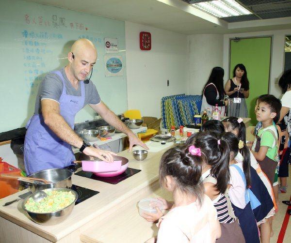 吳鳳的西式料理相當受到小孩歡迎。記者陳瑞源/攝影