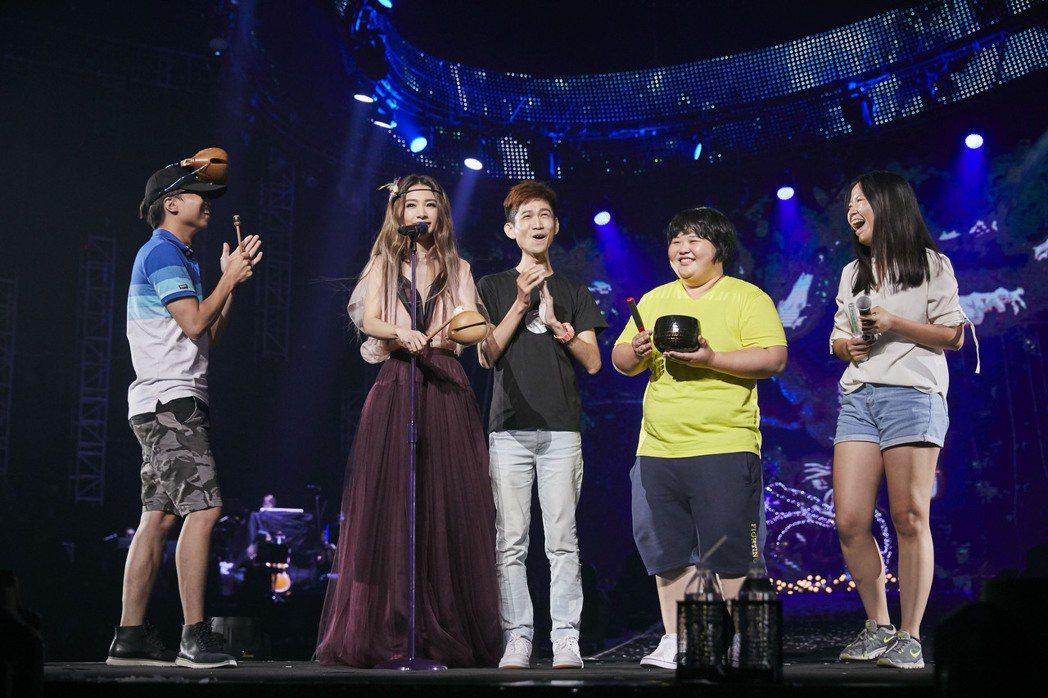 田馥甄3日在高雄開唱,又拿出木魚和歌迷玩。圖/華研提供