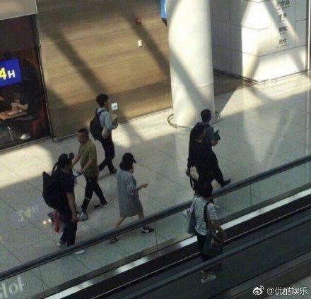 宋仲基和宋慧喬在工作人員陪同下一前一後在機場內行走。圖/摘自微博