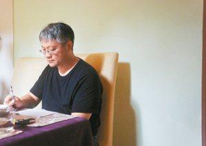 童偉格,台北藝術大學戲劇學系講師,著有長篇小說《西北雨》,《無傷時代》,散文集《...