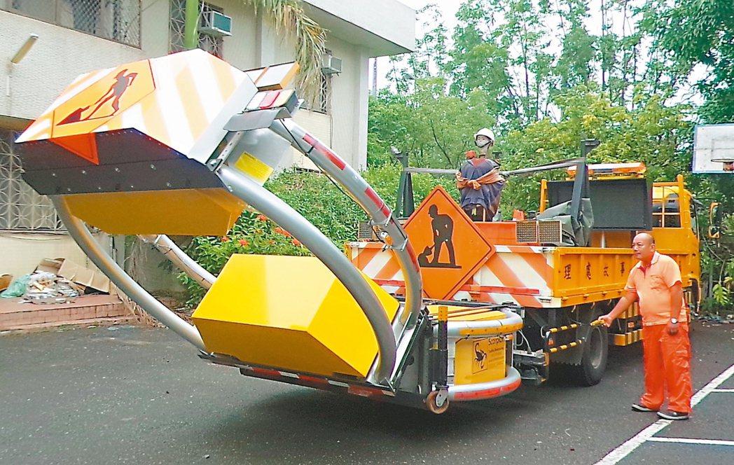 高速公路工程局的緩撞車,是國道警察期盼執勤時的防護設備。 記者林保光/攝影