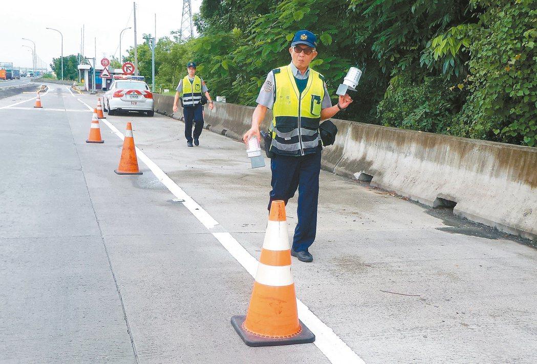 國道施工或員警執勤挨撞的死亡事故,比超速還嚴重。國道警察處理事故時,僅布設三角錐...