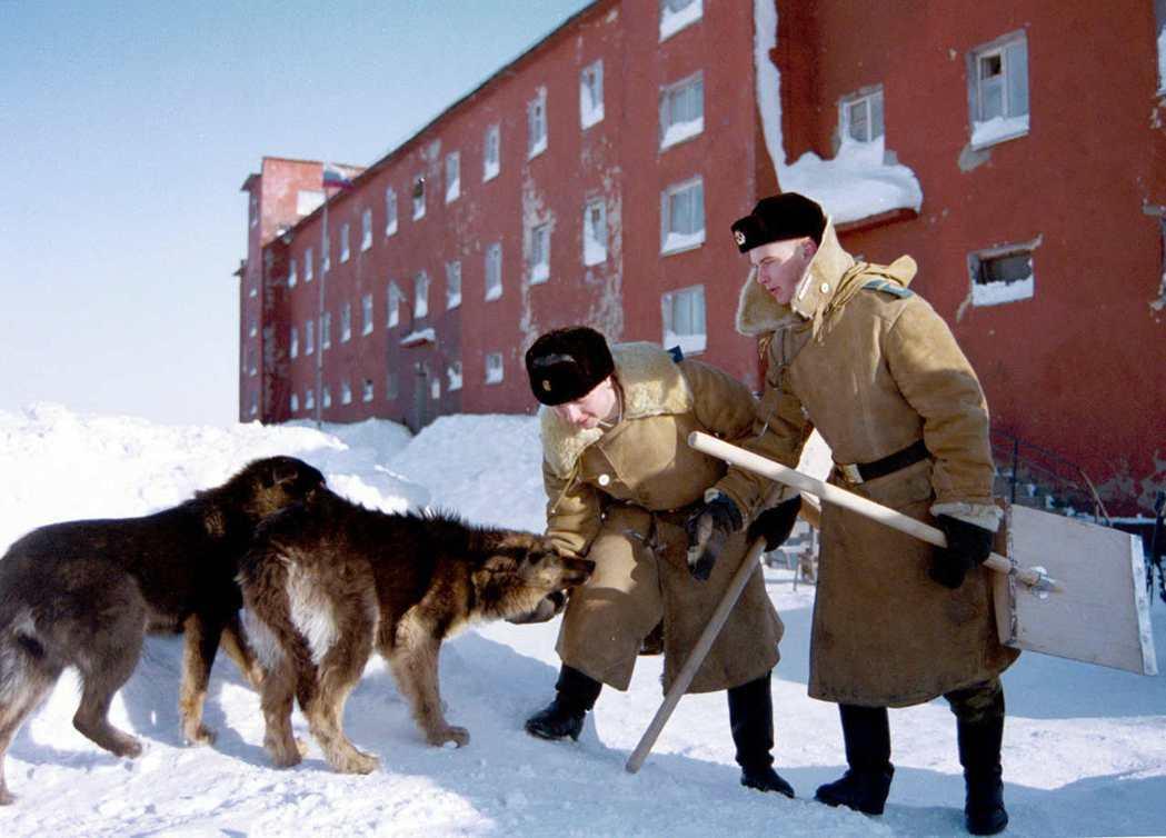 俄羅斯軍人在新地島的核子測試場與狗狗玩耍。 路透