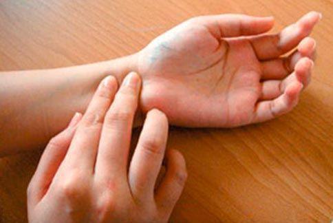 定期自我檢查脈搏,若每分鐘逾100次,且不規則跳動,可能是心房顫動症狀。 圖/取...