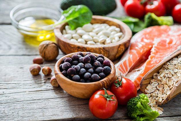 醫師建議,民眾平時應培養好的生活習慣,多吃魚、蔬果、全穀類食物,戒菸限酒。 圖/...