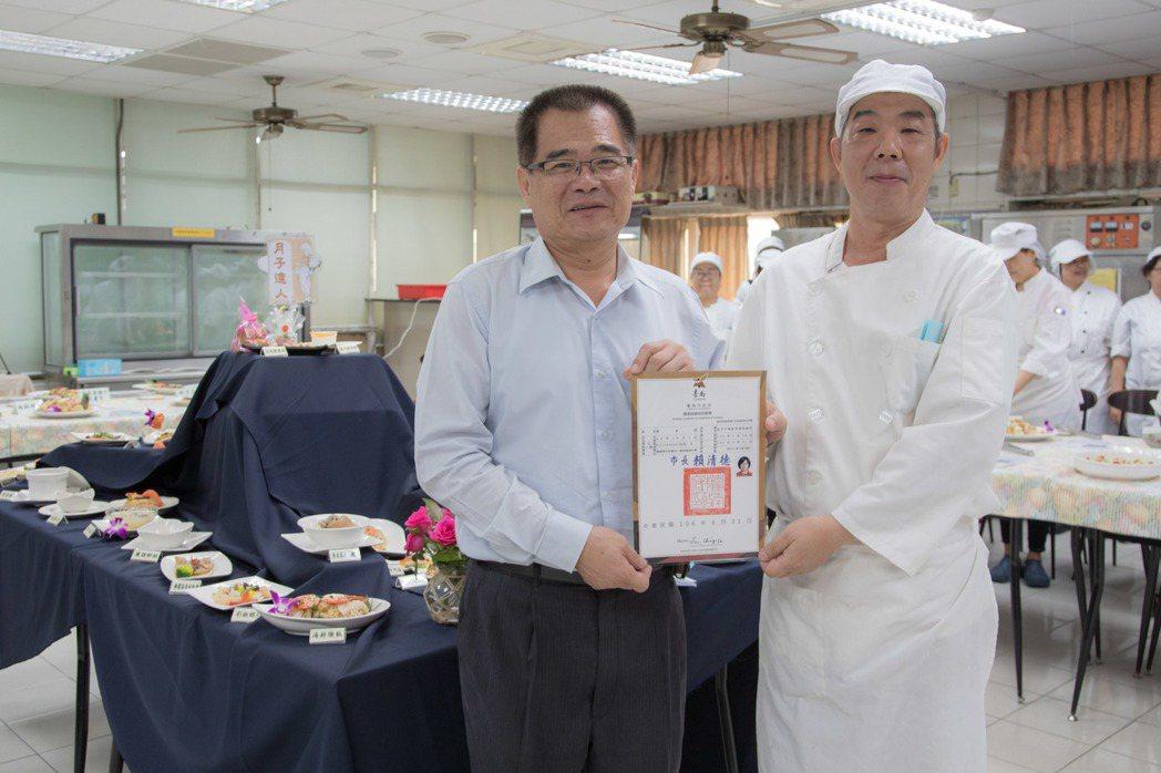 市府勞工局長王鑫基(左)頒贈結業證書,由班長凌志翔代表接受。 嘉南藥大/提供