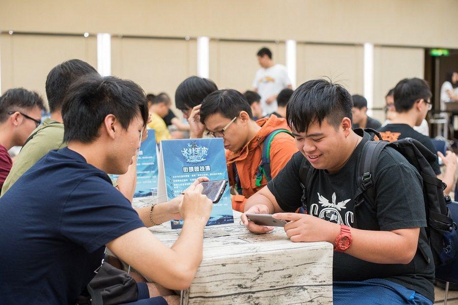 《爐石戰記》街頭競技場透過友誼對戰,讓玩家相互切磋交流並結識新夥伴。