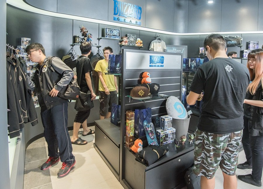 暴雪電競館周邊商品區於《爐石戰記》台北大賽期間進行試營運,索票觀賽玩家可搶先選購...