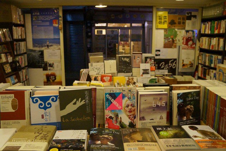 獨立書店店面往往不大,不求數量但求選書路線之深度。綜合型書店不然,它所扮演的角色...