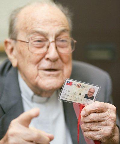 賴甘霖神父開心秀出他才拿到不久的台灣身分證。