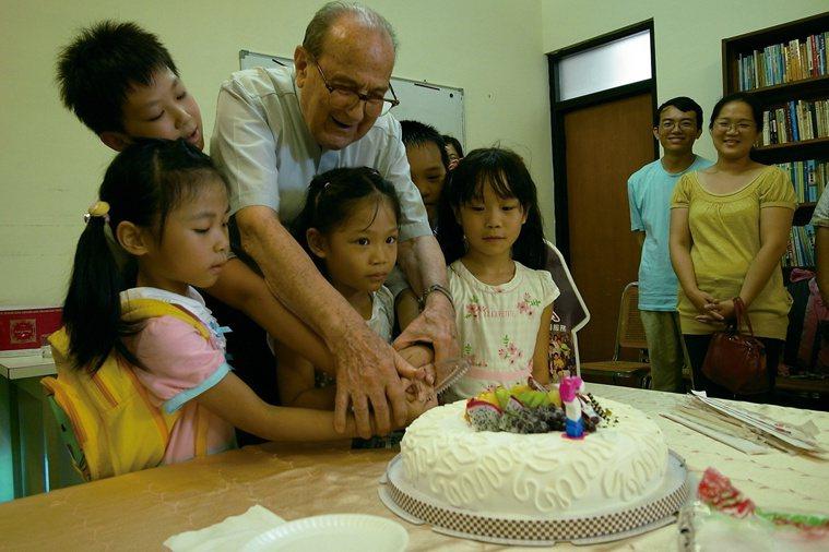賴神父過去曾輔導台北商專光啟社的學生,如今學生長大了,每年還會記得幫神父慶生...