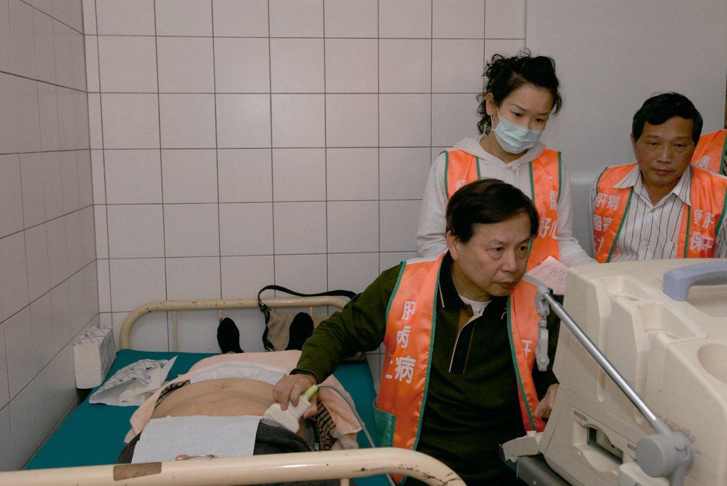 肝基會跨海到小琉球為肝炎高危險群病友保肝,舉辦免費抽血及超音波檢查。