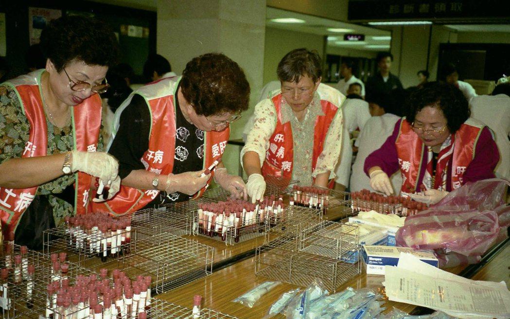 肝基會的義工遍佈全台,圖為篩檢活動會場義工協助整理檢體的畫面。