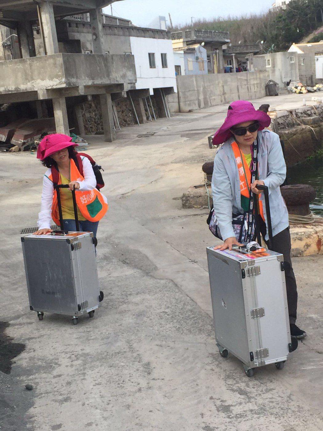在交通不便的離島做保肝服務,全靠肝基會同仁用人力運送檢查物品及儀器。
