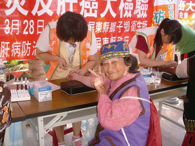 肝病防治列車巡迴全台偏鄉,為屏東原住民做保肝篩檢服務。