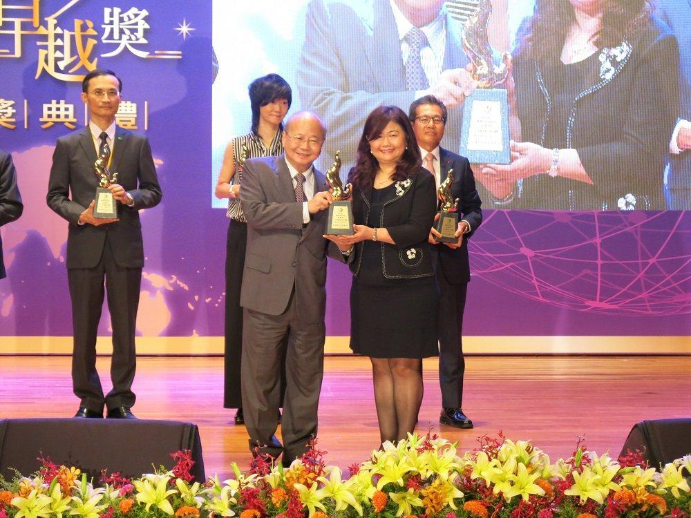 金融監督管理委員會主任委員李瑞倉(左)將保險卓越獎人才培訓專案金質獎頒給康健人壽...