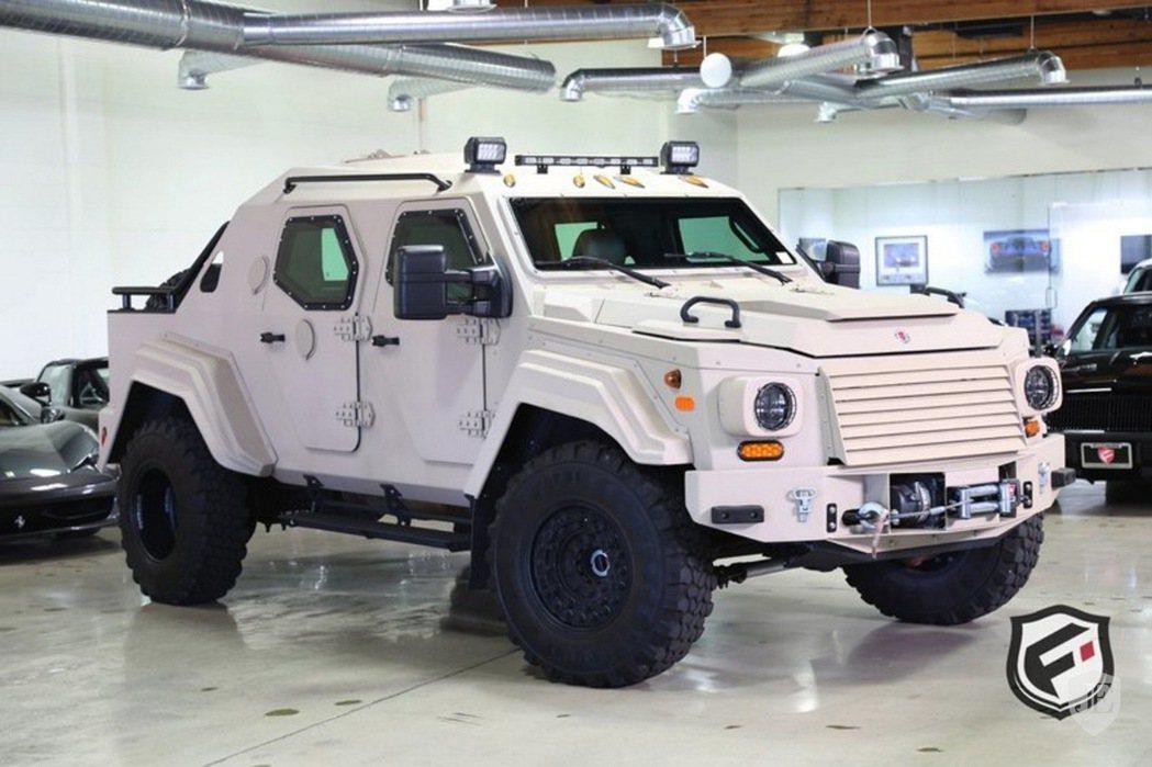 這部 2012 年出廠、名為 Terradyne Gurkha 的裝甲車,骨子裡是以 Ford F-550 XL 改造而成。 摘自 Jamesedition