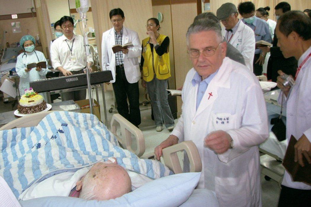 卡通靈修士從黑髮做到白頭,至今仍在羅東聖母醫院擔任內科病房護理主管。