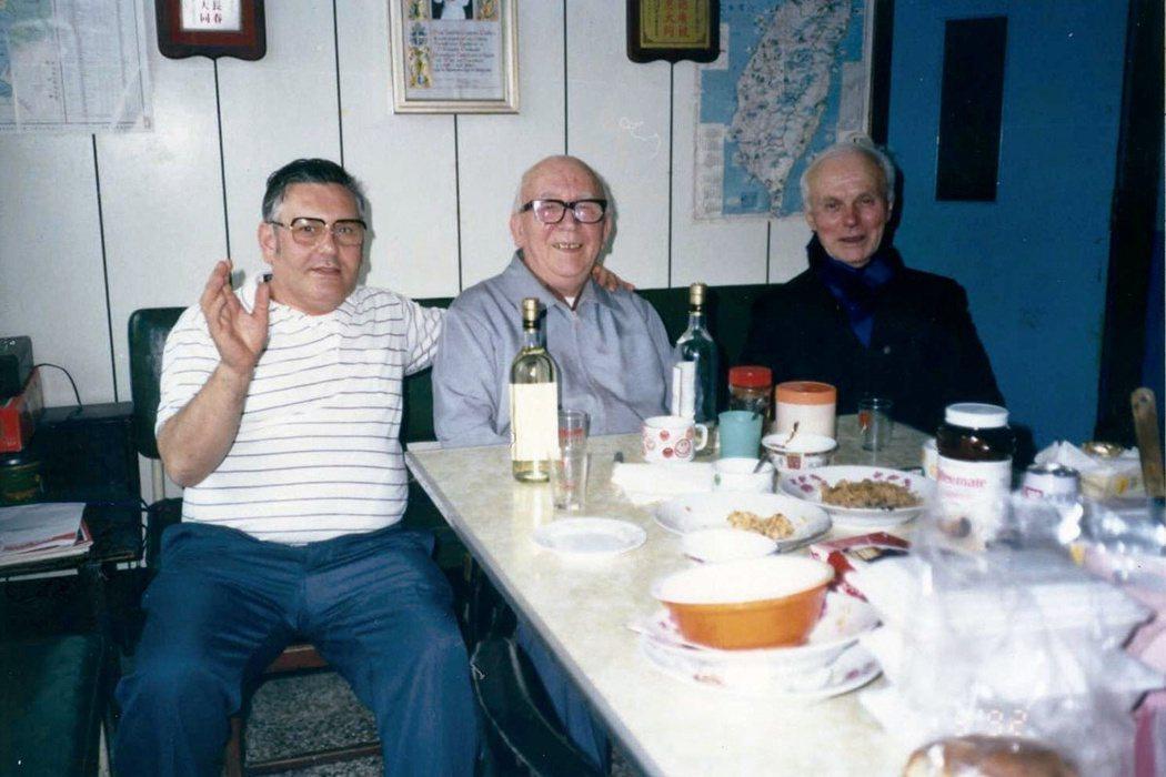 卡通靈修士(左)與另一位醫療奉獻獎得主馬仁光修士(中),和原住民朋友最敬愛的華德...