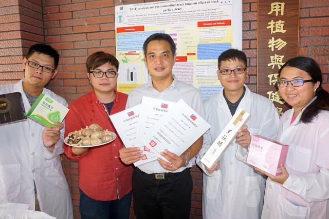 大葉大學藥保系蔡仁傑助理教授(中)協助廠商開發黑蒜產品。 大葉大學/提供。