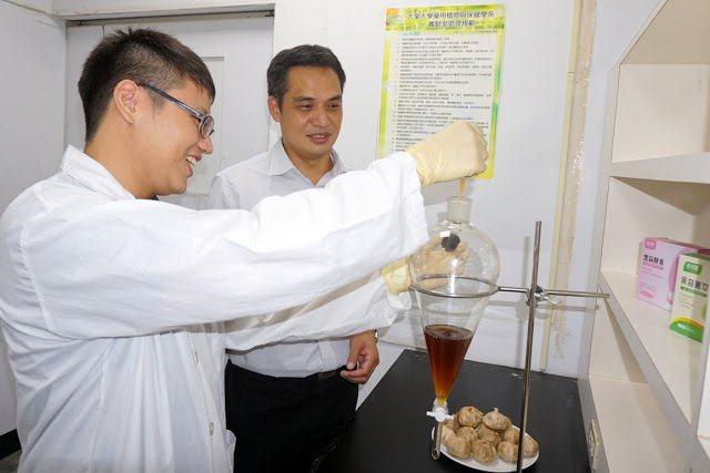 大葉大學藥保系蔡仁傑老師(右)指導學生做實驗。 大葉大學/提供。