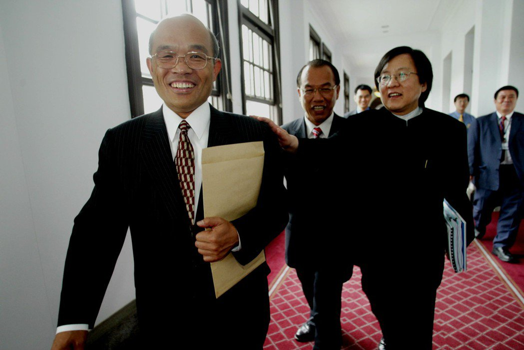 2004年5月,即將接任總統府秘書長的台北縣長蘇貞昌(左)由將轉任國安會秘書長的...