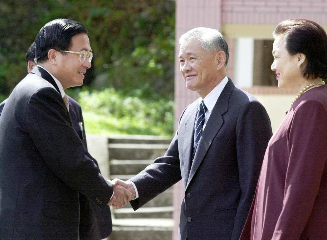 2000年,前總統陳水扁(左)到唐飛(中)家中親送資政聘書。 本報資料照