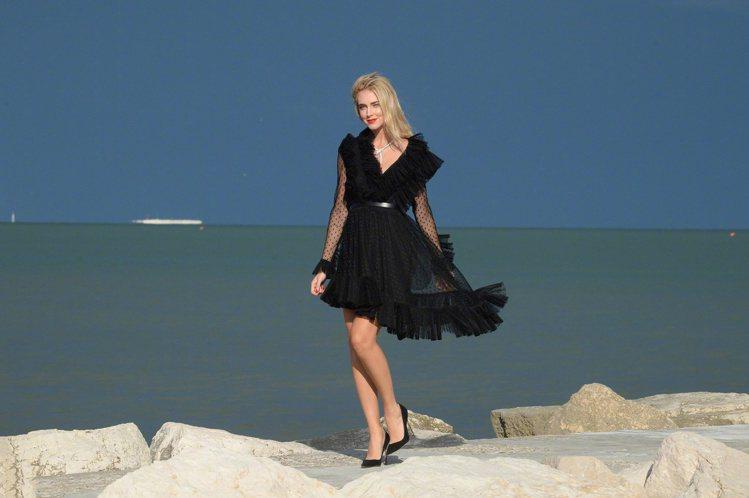 時尚部落客Chiara Ferragni出席威尼斯影展,以黑色性感小洋裝現身街頭...