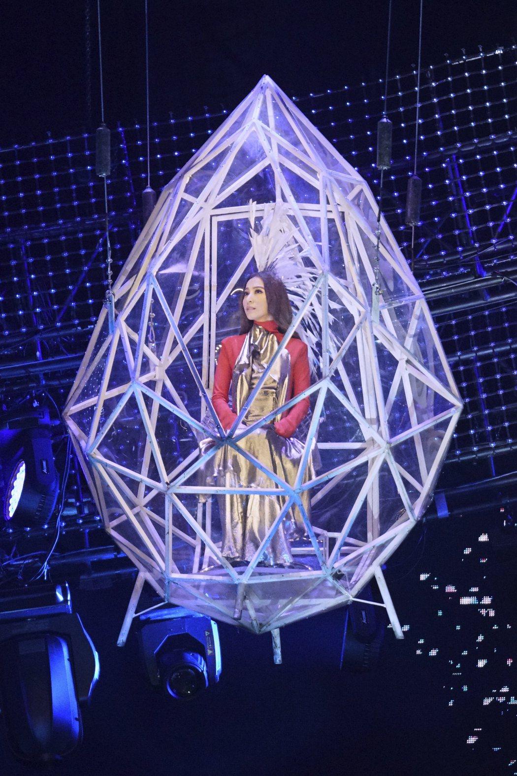 田馥甄演唱會開場從20公尺高的水晶吊台現身,她因有懼高症相當緊張。圖/華研提供