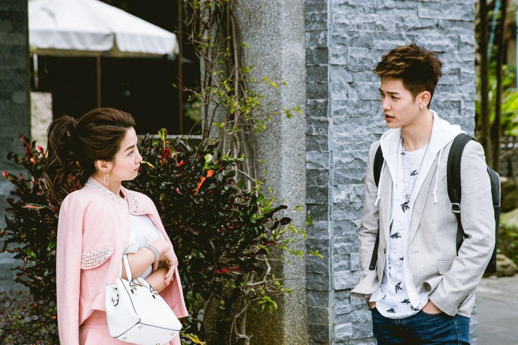 郭書瑤(左)、以綸相繼在「稍息立正我愛你」中出場。圖/中視提供