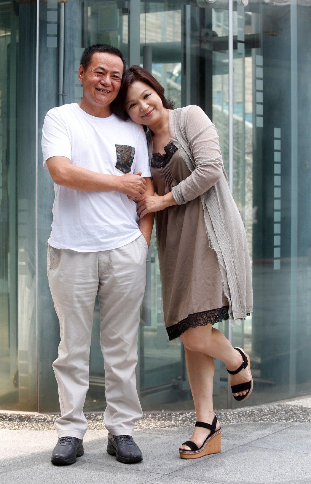 楊貴媚(右)與蔡振南(左)以民視迷你劇集《媽媽不見了》入圍金鐘獎男女配角,兩人今...