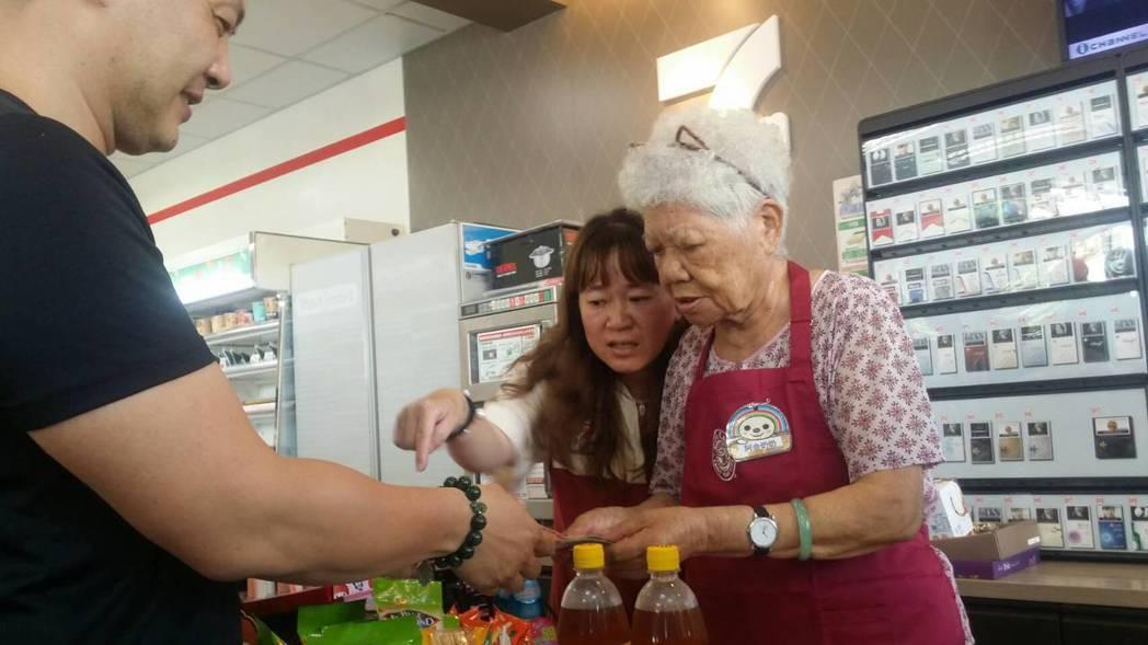 失智長輩當服務人員,雖然動作慢一些,但誠意滿滿。記者王慧瑛/攝影