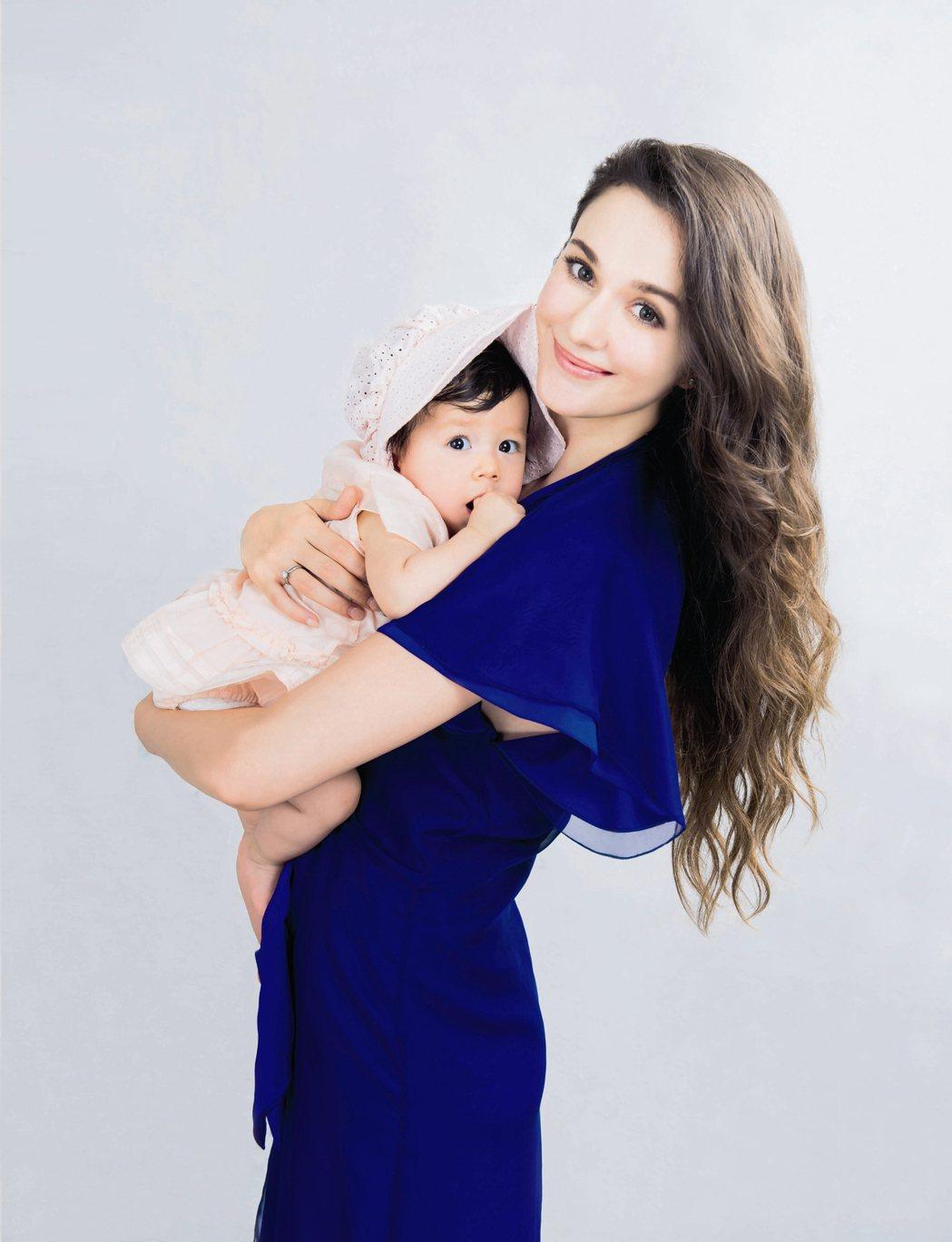 瑞莎帶女兒拍攝雜誌,紀念成為母女一周年。圖/嬰兒與母親雜誌提供