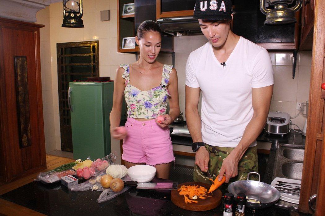 Akemi(左)和錦榮在節目中大展廚藝。圖/亞洲旅遊台提供