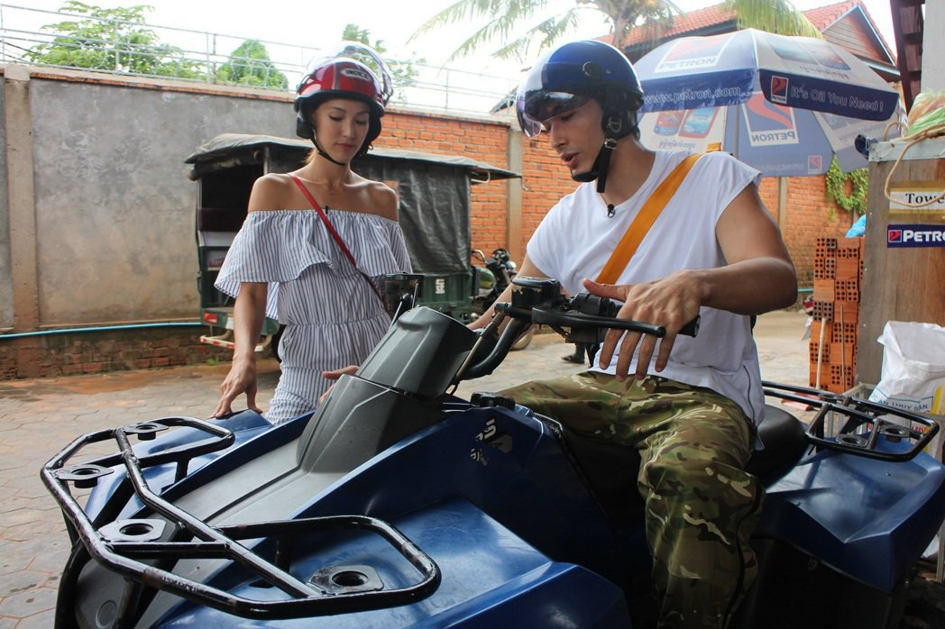 Akemi(左)和錦榮一起到柬埔寨出外景。圖/亞洲旅遊台提供