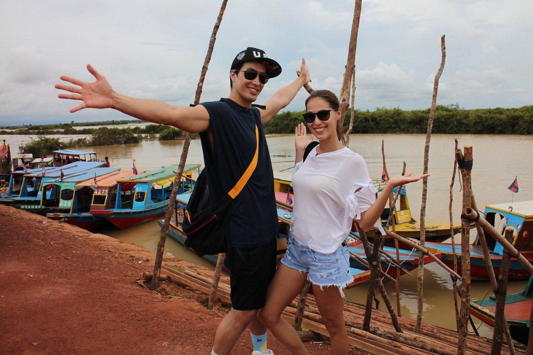 Akemi(右)和錦榮一起到柬埔寨出外景。圖/亞洲旅遊台提供
