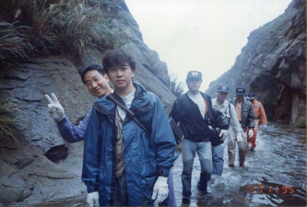 胡志成(前穿藍衣者)1995年與搜救隊隊員前往空難事故地點。圖/胡志成提供