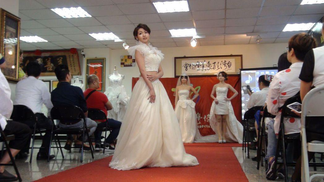 二手禮服經過巧手改造,變得時尚有型,被賦予新的價值。記者王慧瑛/攝影