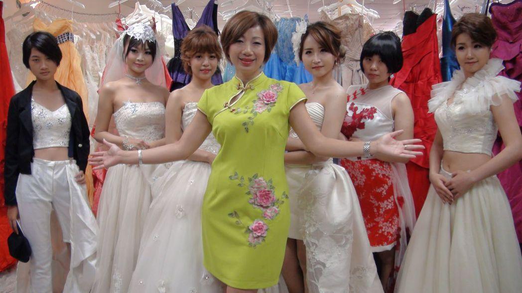 社團法人台灣形象美學協會總會長施沛潔推動二手衣改造,她認為,二手禮服經過巧手改造...