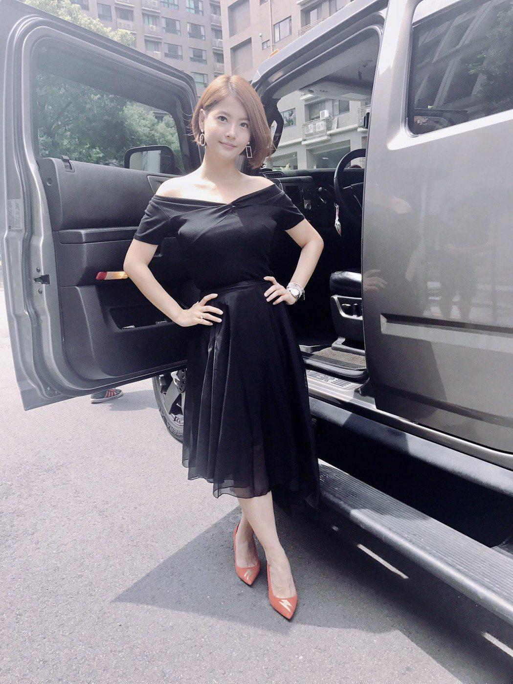 「我的老師叫小賀」殺青,王樂妍低胸洋裝展現好身材。圖/民視提供
