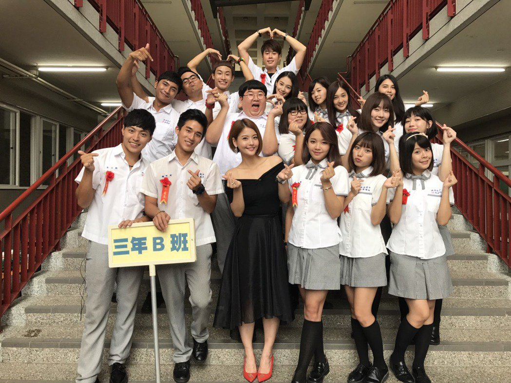 「我的老師叫小賀」從開拍到殺青近2年將劃下句點,王樂妍飾演的老師和學生演員們依依...