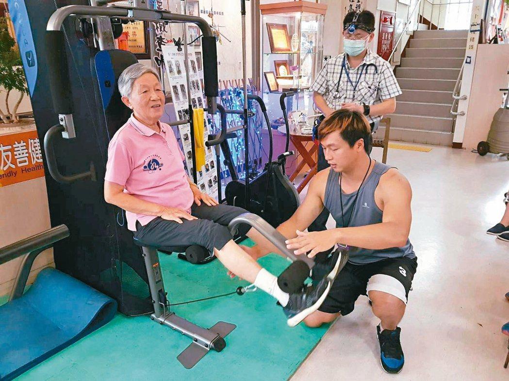 運動指導員調整長者運動姿勢,達到最佳運動效果。 圖/彰化縣衛生局提供