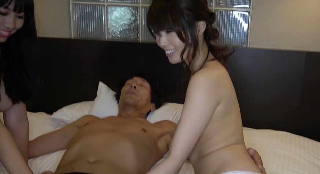 加藤鷹親自與AV女優示範教學。圖/AVR Tokyo提供