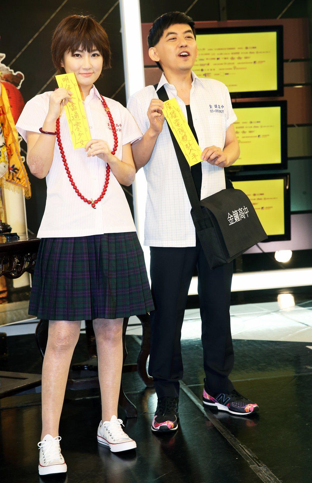 黃子佼與Selina以《通靈少女》造型出席電視金鐘獎主持人公布記者會,兩人將聯手...