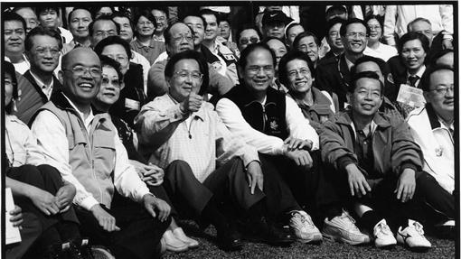 前總統陳水扁(前排左二)與前行政院長蘇貞昌(左一)、游錫堃(左三)、謝長廷(右二...
